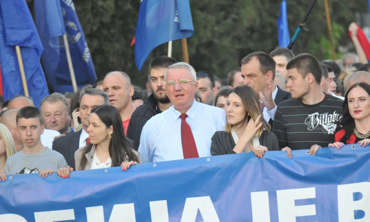 Σάλος στη Σερβία: Βουλευτής έσκισε και ποδοπάτησε την κροατική σημαία ενώπιον Κροατών (Vid)