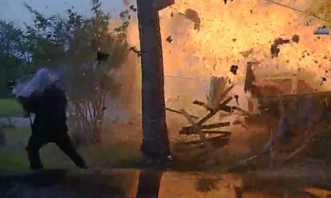 Βίντεο ΣΟΚ: Σύγκρουση αυτοκινήτου με σπίτι πυροδοτεί ισχυρή έκρηξη – Στις φλόγες πέντε αστυνομικοί