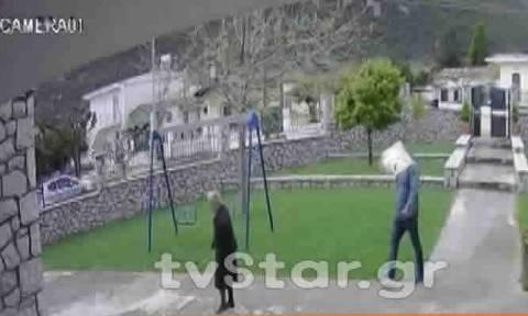 Βίντεο ΣΟΚ: Δείτε καρέ - καρέ πώς δύο απατεώνες κλέβουν ηλικιωμένη (vid)