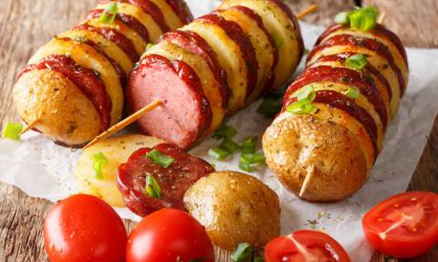 Πεντανόστιμη συνταγή για πάρτυ: Σουβλάκια με πατάτες και λουκάνικο