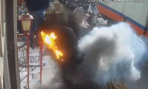 Ανατριχιαστικό βίντεο: Ανέβηκε στη σκάλα και ξαφνικά γίνεται έκρηξη στα δύο μέτρα!