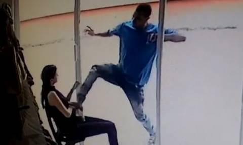 Σοκαριστική επίθεση παρανοϊκού άντρα στη σύντροφό του... (video)