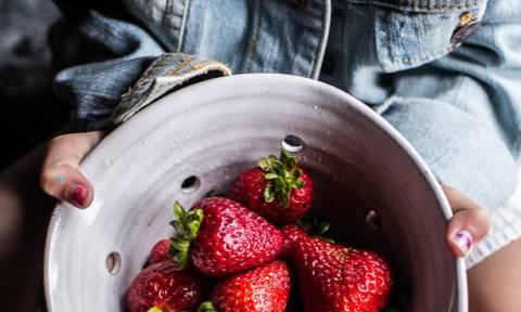 Πες αντίο στο λεκέ από φράουλα και κεράσι με αυτά τα 3 tips