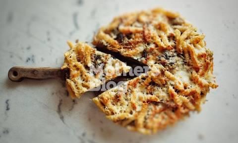 Συνταγή για νόστιμη και αλλιώτικη μακαρονόπιτα με λαχανικά και γραβιέρα