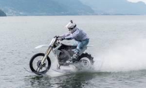 Βόλτα θανάτου: Διέσχισε τη λίμνη Κόμο με μοτοσικλέτα!