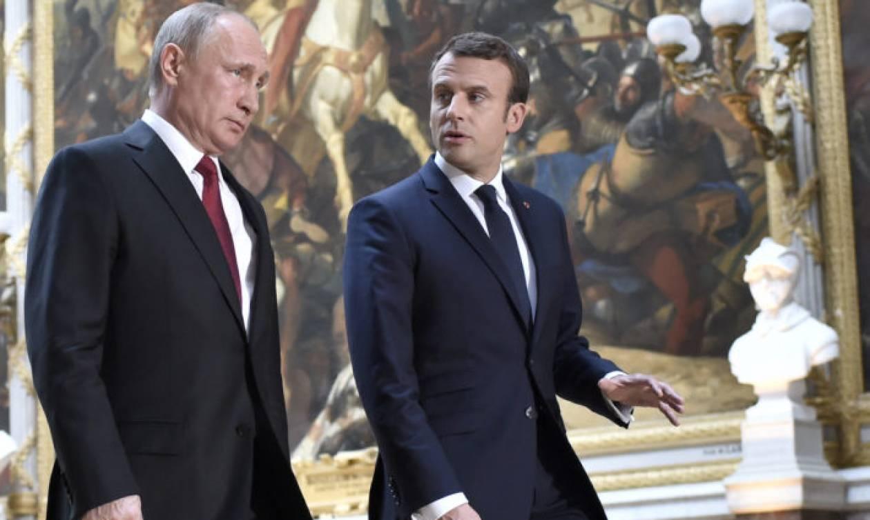 Μακρόν σε Πούτιν: Νόμιμα τα πλήγματα της Δύσης στη Συρία