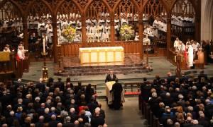 Οι χαμογελαστοί Ομπάμα, Κλίντον, Μελάνια στην κηδεία της Μπάρμπαρα και το κλάμα του Μπους (pics)