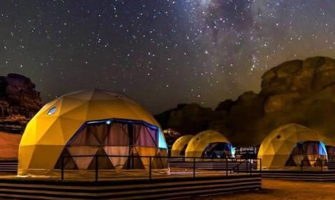 Η μαγευτική κατασκήνωση στην έρημο της Ιορδανίας που μας ταξιδεύει στον... Άρη!