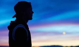 Avicii: «Ήταν ένα ζόμπι. Οι βδέλλες της νύχτας του στράγγιξαν τη ζωή»