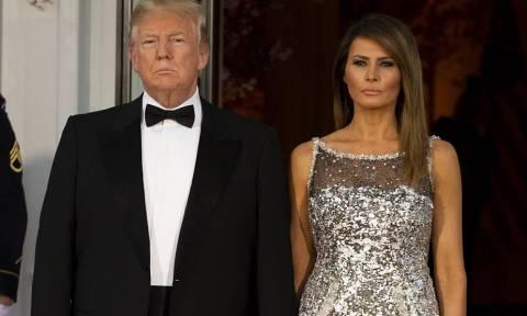 Το εντυπωσικό φόρεμα της Μελάνια πρωταγωνίστησε στο δείπνο για τους Μακρόν