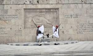 Σάλος και οργή: Δείτε τι έκανε συνδικαλιστής στο Μνημείο του Αγνώστου Στρατιώτη (pic)