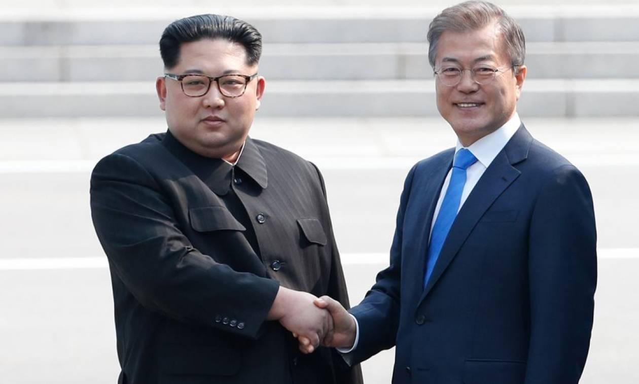 Ιστορική χειραψία Κιμ Γιονγκ Ουν και Μουν Τζε-ιν