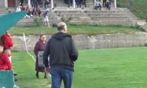 Μέτσοβο: Ηλικιωμένη «εισέβαλε» στο γήπεδο για να διαμαρτυρηθεί για τη… φασαρία!