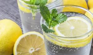 Νερό με λεμόνι: Πότε και πώς πρέπει να το πίνετε