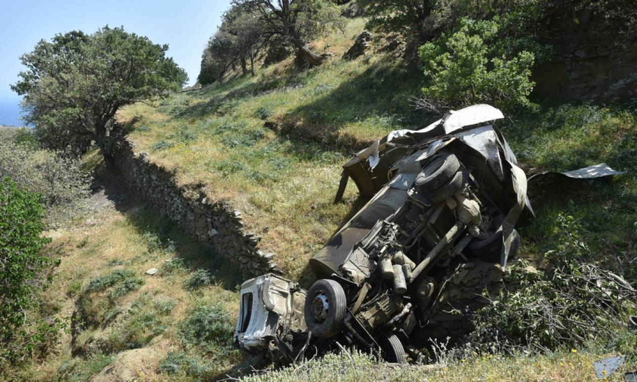 Τραγωδία στην Τήνο: Οι πρώτες φωτογραφίες από το δυστύχημα με τους δύο νεκρούς