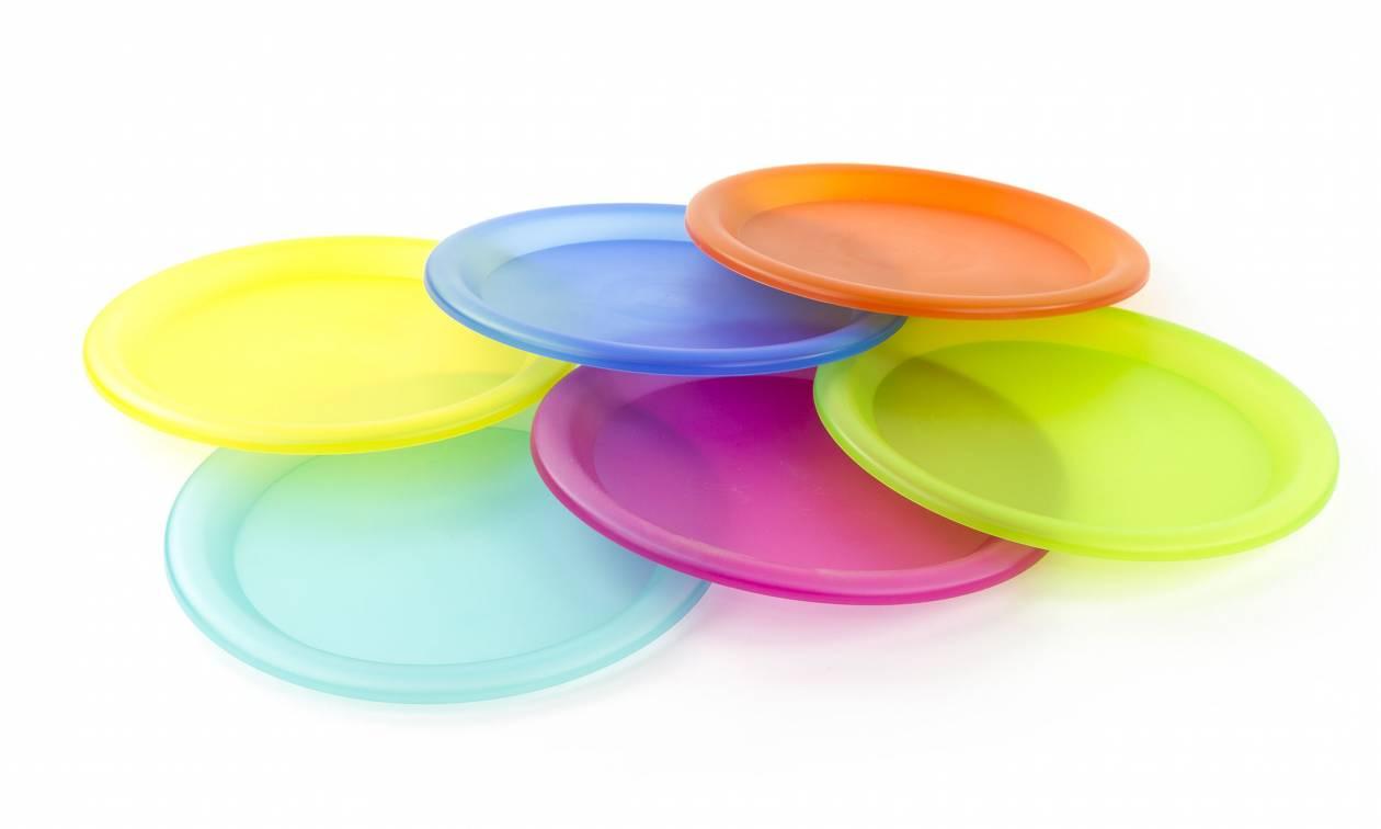 Ανακοίνωση – Bόμβα: Μετά τα πλαστικά καλαμάκια έρχεται το τέλος και για τα πιάτα μίας χρήσης;