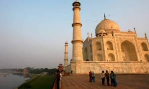 Ανησυχία στην Ινδία: Το Ταζ Μαχάλ αλλάζει χρώμα!