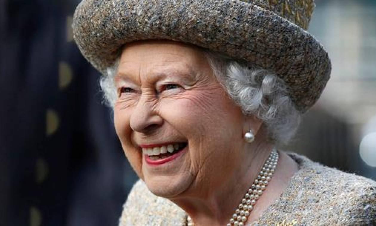 Η βασίλισσα Ελισάβετ πέταξε με ελικόπτερο για να γνωρίσει το νέο της δισέγγονο