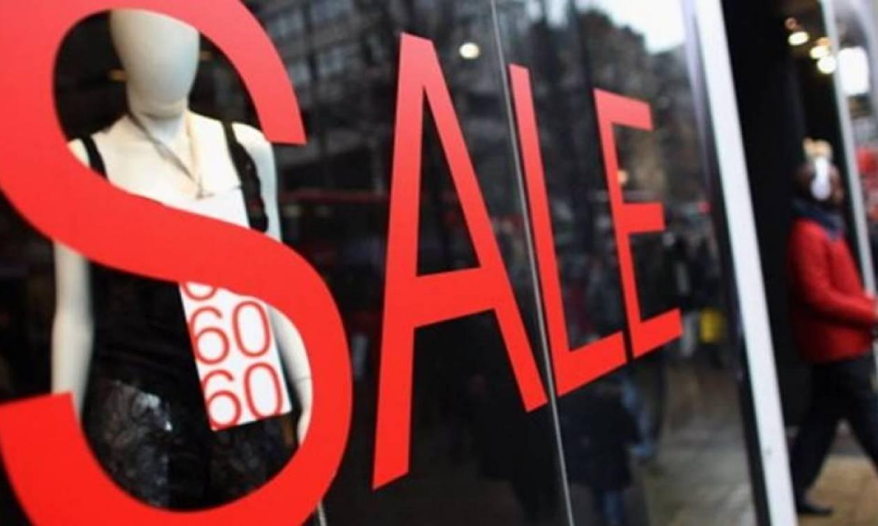 Ενδιάμεσες εκπτώσεις: Ανοιχτά τα καταστήματα την Κυριακή