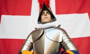 Η φρουρά του Πάπα εξοπλίζεται με 3D κράνη - Δείτε γιατί (Pics)