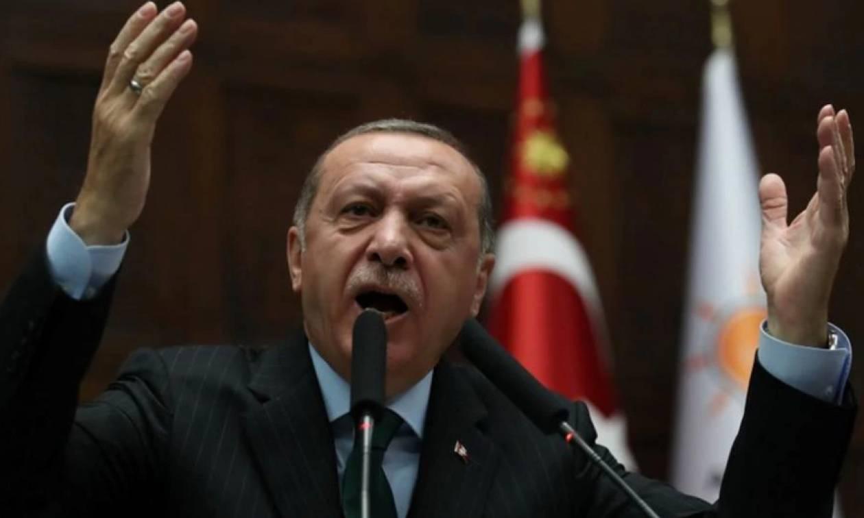 Έξαλλος ο Ερντογάν από το «χαστούκι» του Τραμπ: Απειλεί τις ΗΠΑ με αντίποινα