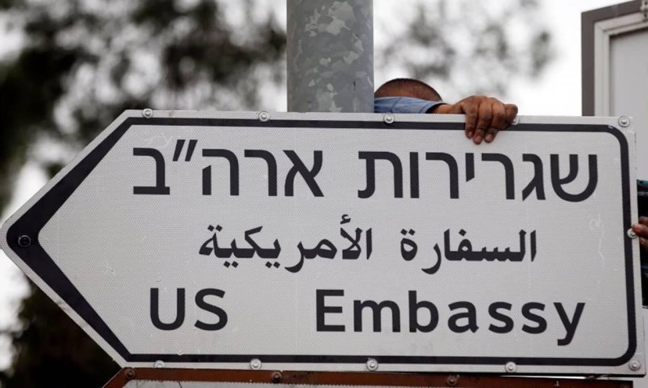 Από ΄δω πρεσβεία… ΗΠΑ! Μπήκαν οι πρώτες πινακίδες στην Ιερουσαλήμ (pics)
