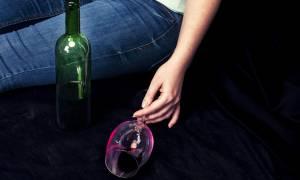 Πίνετε αλκοόλ το βράδυ; Δείτε πώς επηρεάζει τον ύπνο σας