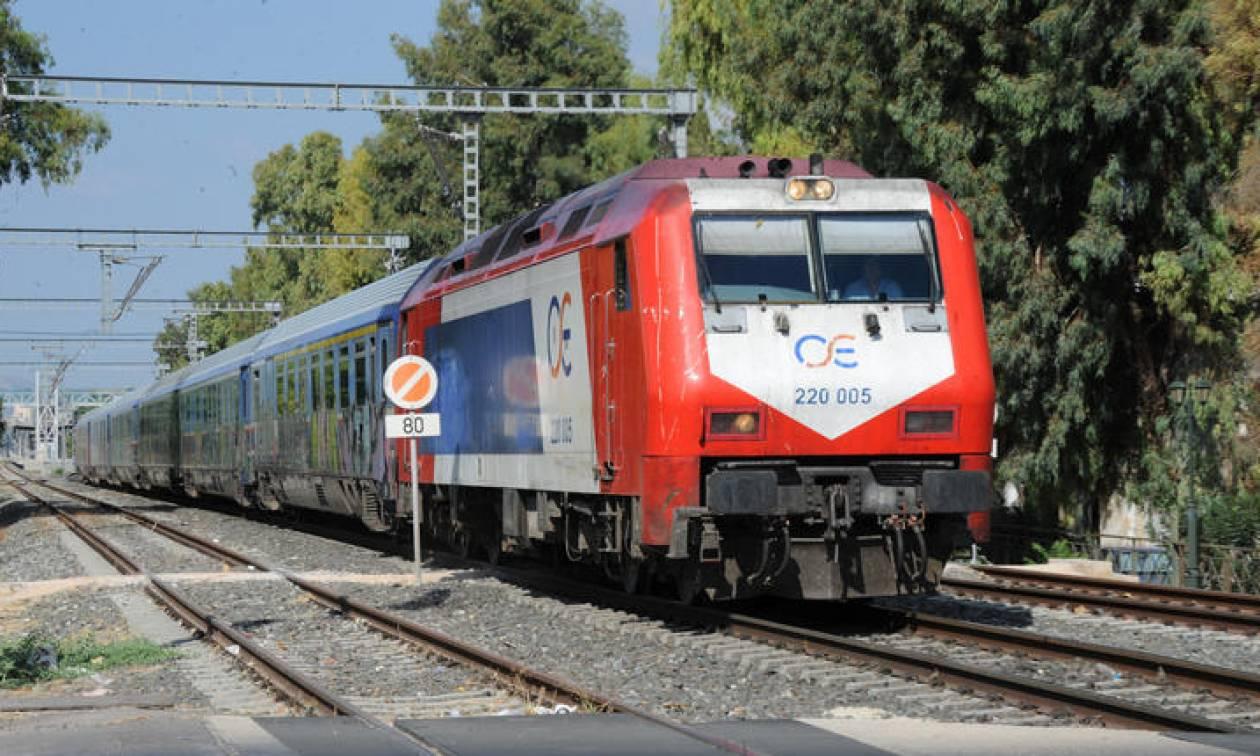 Απίστευτο! Οδηγός πάρκαρε το αυτοκίνητο στις γραμμές τρένου: Εικόνες – ντοκουμέντο