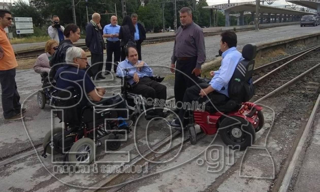 Καταγγελία: Δεν επέτρεψαν σε παραπληγικό στη Θεσσαλονίκη να ταξιδέψει με τρένο (pics)