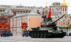 Η Ρωσία παρουσιάζει το νέο της ρομποτικό τανκ στην Κόκκινη Πλατεία (Pics+Vid)