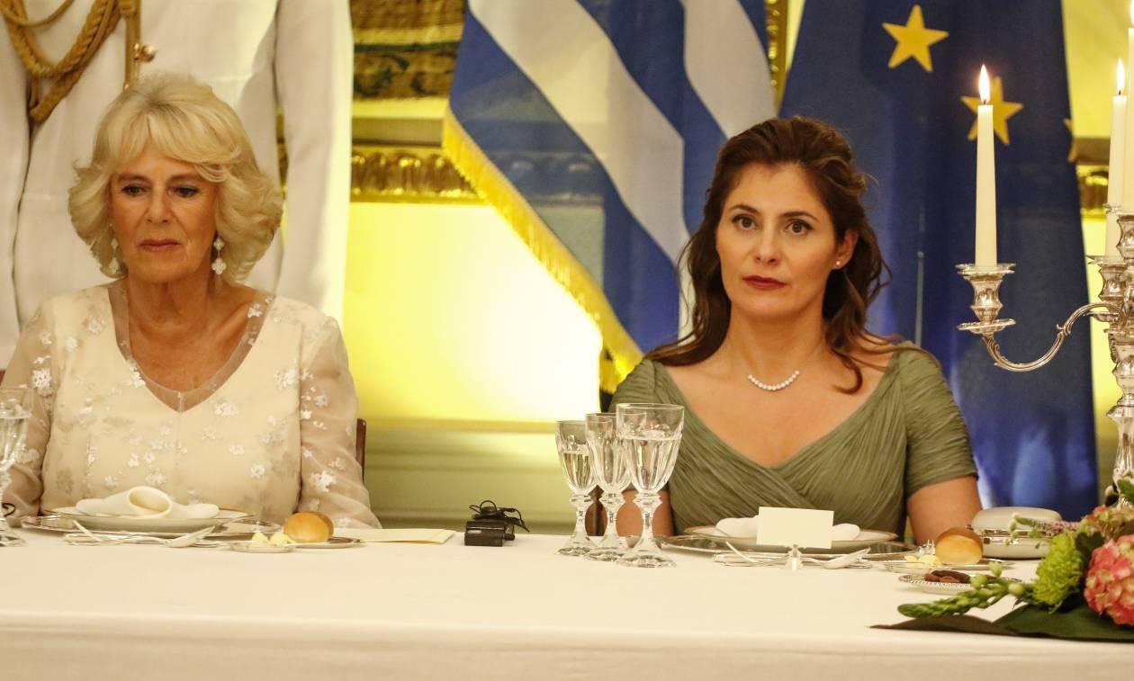 Τα φορέματα που έκλεψαν την παράσταση: Το λευκό της Καμίλα και το λαδί της Μπέτυς Μπαζιάνα (pics)