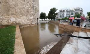 Καιρός Θεσσαλονίκη: Εγκλωβίστηκαν παιδιά στο Λευκό Πύργο - Πλημμύρισε το μνημείο