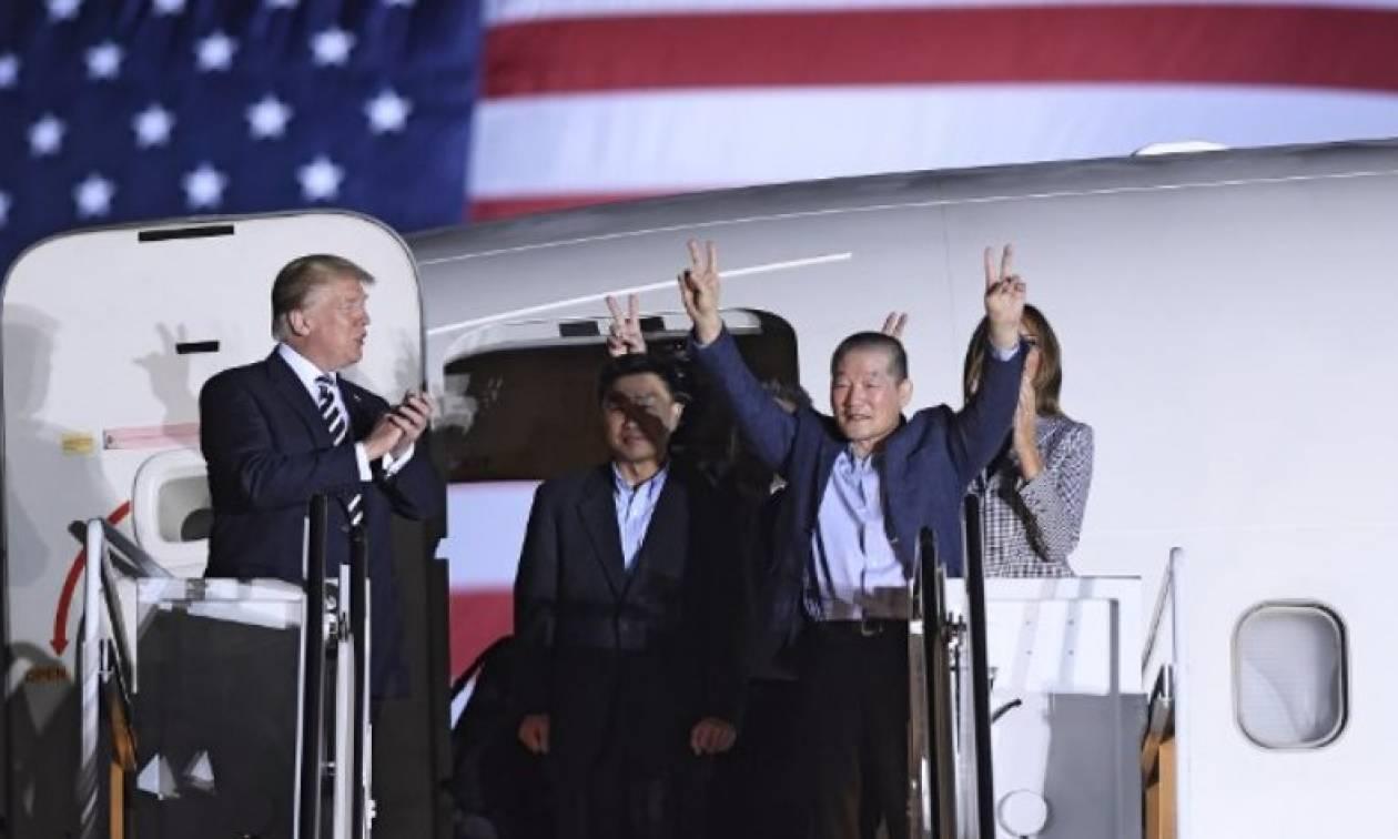 Ο Τραμπ καλωσόρισε στην πατρίδα τους τρεις Αμερικανούς που απελευθέρωσε ο Κιμ (video+pics)
