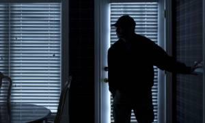 Νύχτα τρόμου για 93χρονη στο Ελληνικό: Την απειλούσαν με κατσαβίδι για 80 ευρώ
