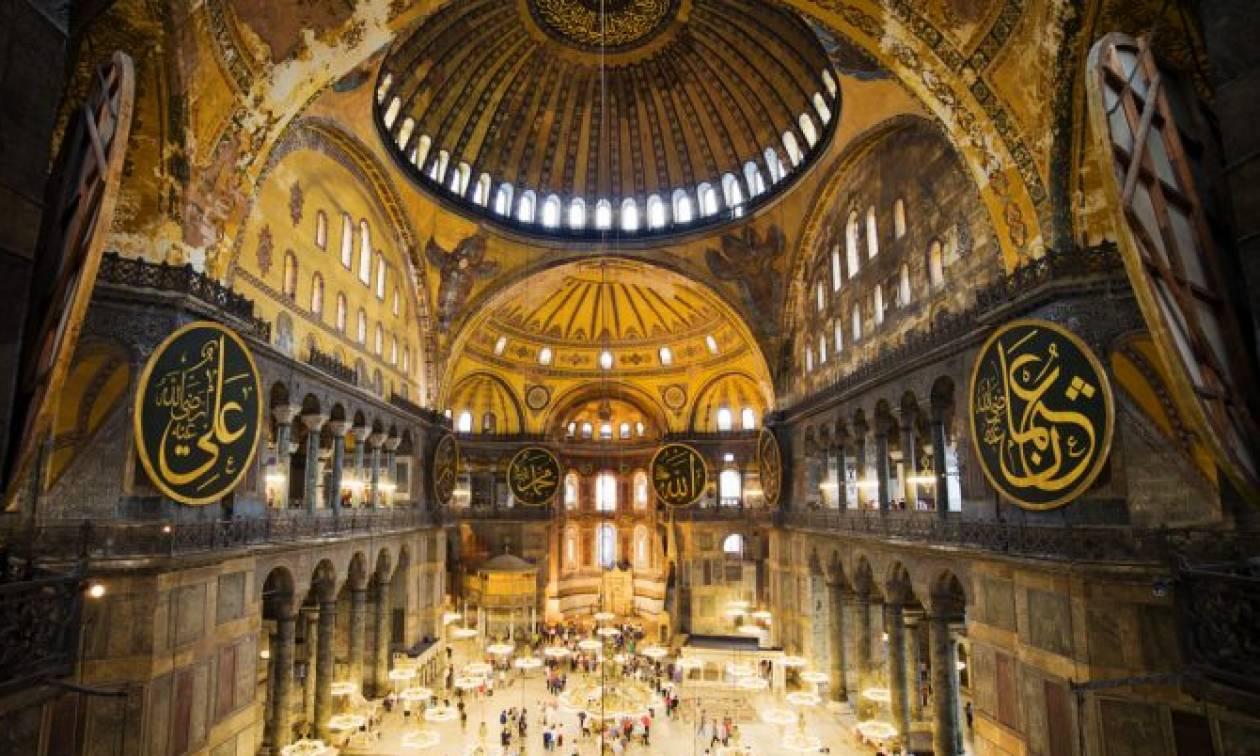 Κάλεσμα μουσουλμάνων για προσευχή έξω από την Αγιά Σοφιά