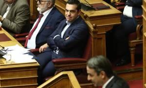 «Χαρτοπόλεμος» ΣΥΡΙΖΑ – ΝΔ για τον «καταστροφολόγο» Μητσοτάκη