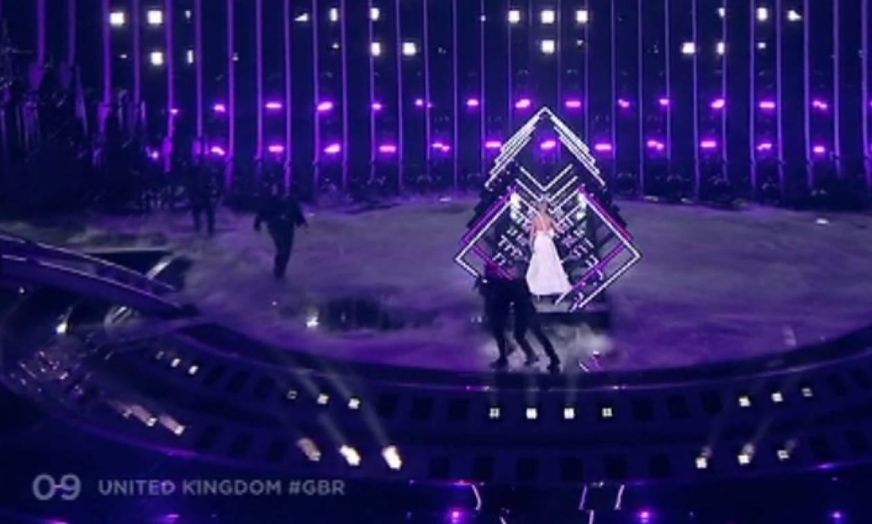 Eurovision 2018: Ποιος είναι ο άντρας που όρμησε στη σκηνή και χάλασε την εμφάνιση της Βρετανίας
