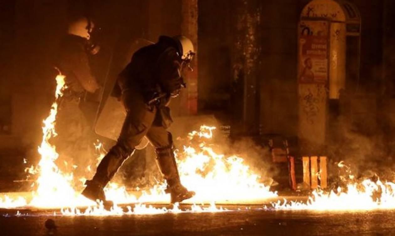 Πεδίο μάχης τα Εξάρχεια: Χτύπησαν με μολότοφ το σπίτι του Φλαμπουράρη και τα γραφεία του ΠΑΣΟΚ