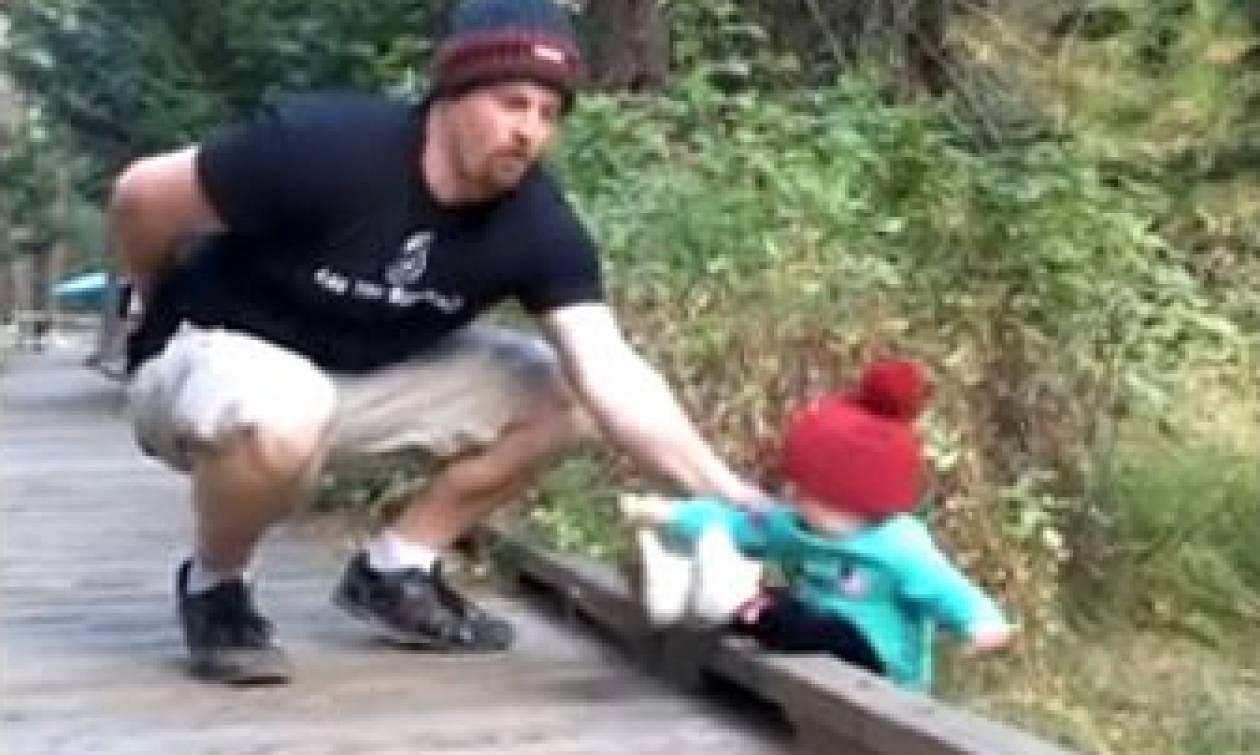 Πατέρας βλέπει το μωρό του να πέφτει στο κενό. Με μια κίνηση του σώζει τη ζωή (video)