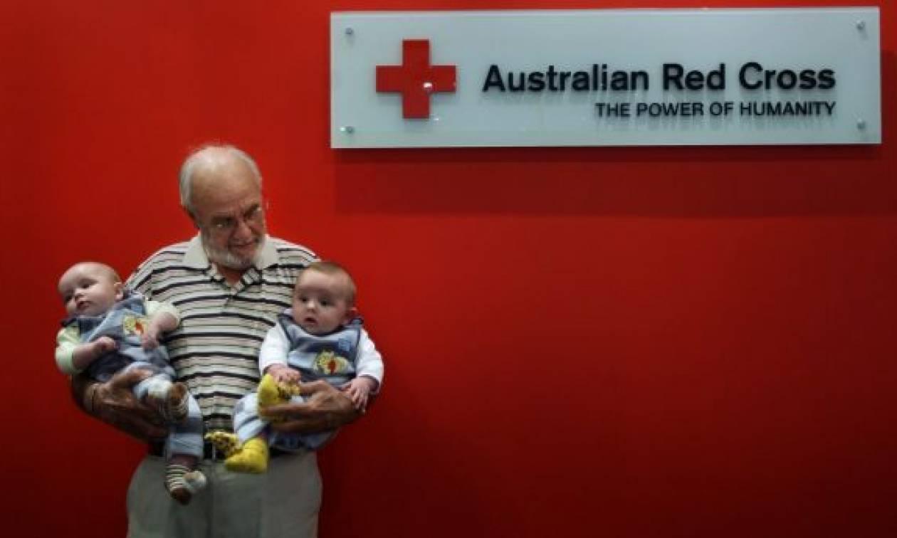 Ο «Άνθρωπος με το Χρυσό Χέρι» που έσωσε εκατομμύρια μωρά έδωσε για τελευταία φορά αίμα (vids+pics)