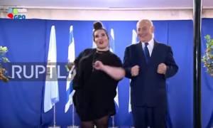 Ο Νετανιάχου χόρεψε το χορό της... κότας με τη νικήτρια της Eurovision! (vid)