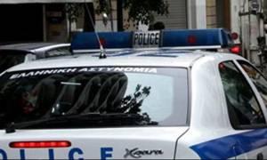 Χειροπέδες σε πατέρα και γιο στον Τύρναβο: Όπλα, χάπια και χασίς βρέθηκαν στην κατοχή τους
