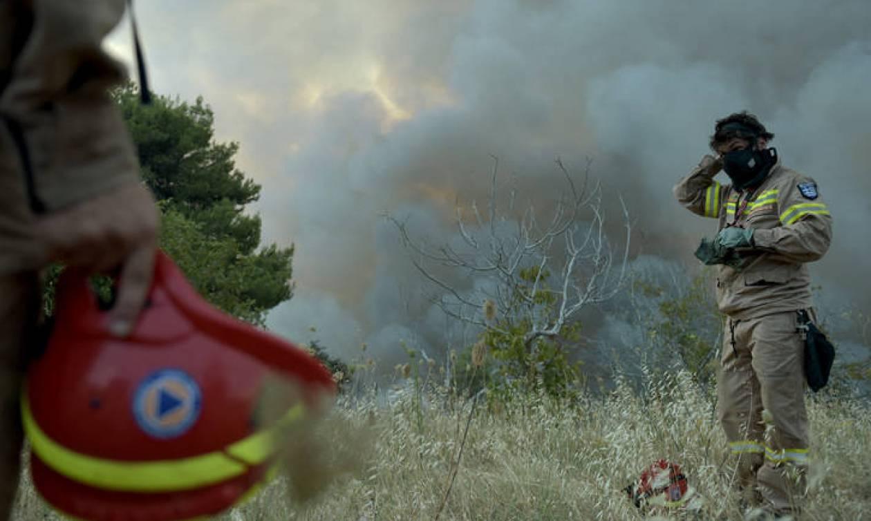 «Ανοχύρωτοι» στη μάχη με τις φλόγες οι πυροσβέστες: Παμπάλαια μέσα και σοβαρές ελλείψεις (aud)