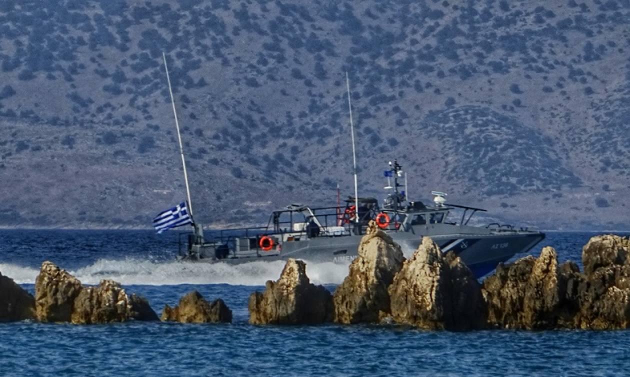 Τραγωδία στα Σφακιά: Εικόνες ντοκουμέντο από το σκάφος που «καρφώθηκε» στα βράχια - Τρεις οι νεκροί