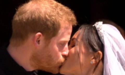 Γάμος πρίγκιπα Harry-Meghan Markle: Το φιλί και η έξοδος του ζευγαριού από την εκκλησία!