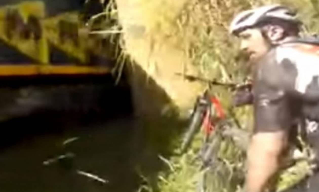 Απίστευτο! Μπήκαν στο τούνελ με τα ποδήλατα κι είδαν το… τρένο να έρχεται! (vid)