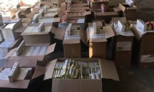 Επιχείρηση της ΕΛ.ΑΣ. σε φάμπρικα με λαθραία: 15 εκατ. τσιγάρα, 15 τόνοι καπνού και 18 συλλήψεις