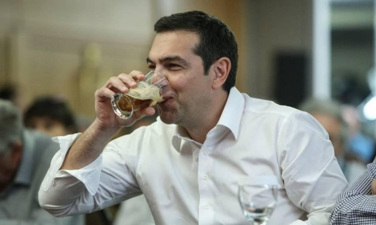Τσίπρας όπως… Κάρολος: Ήπιε φρέντο χωρίς καλαμάκι (pics)