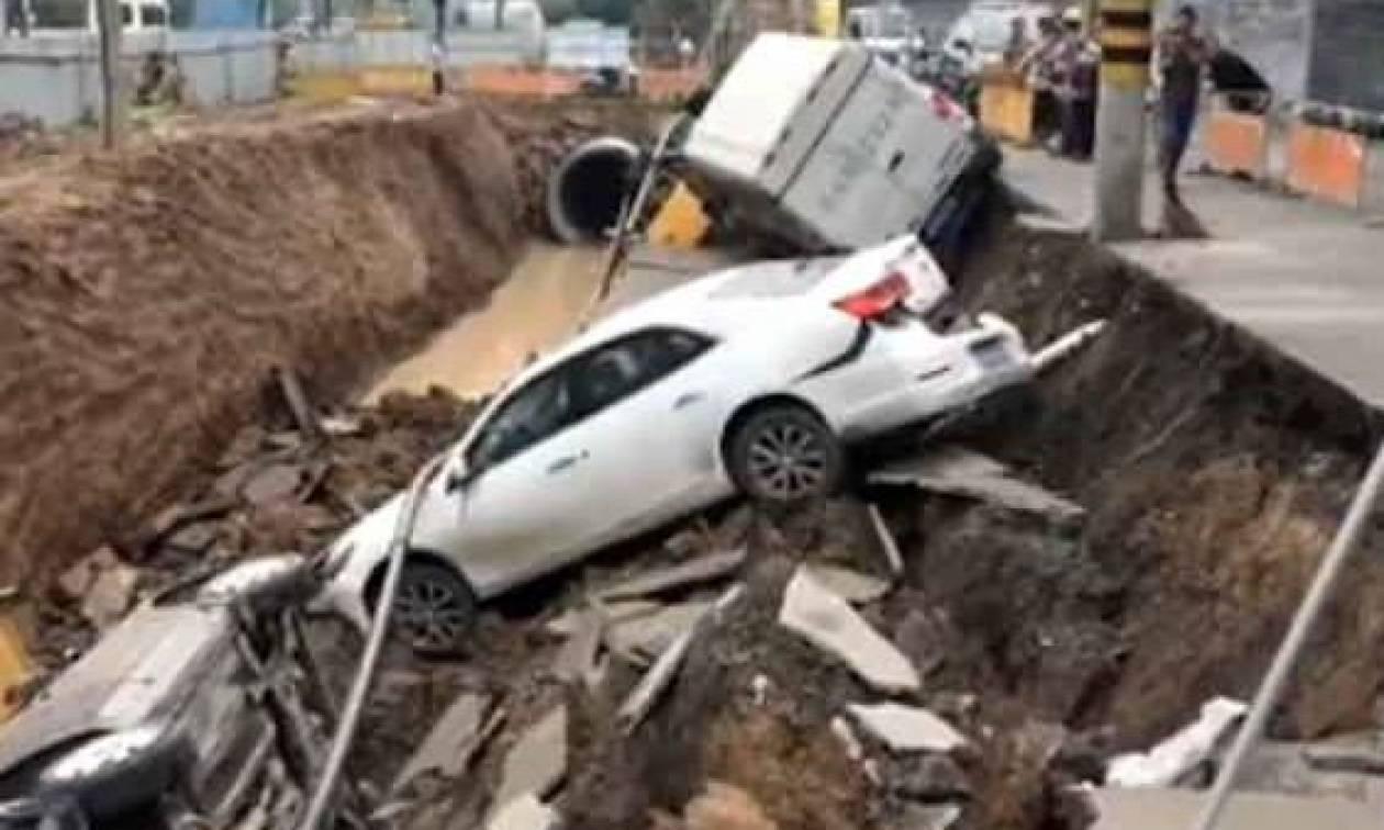 Απίστευτες εικόνες! Άνοιξε η γη και «κατάπιε» τρία αυτοκίνητα (vid)