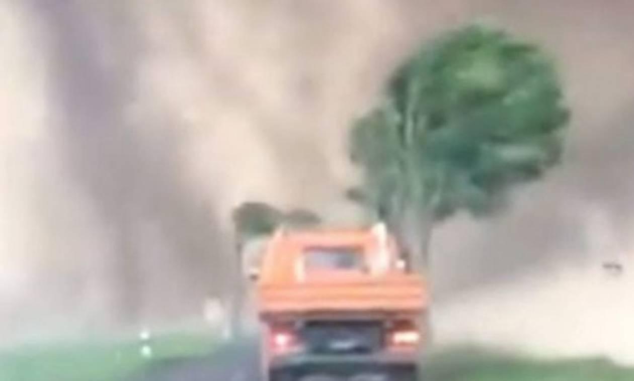 Απίστευτος Έλληνας οδηγός πέφτει σε ανεμοστρόβιλο και γίνεται viral σε όλον τον κόσμο (video)